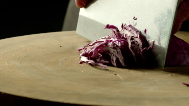 hacken purple cabbage - gemüsekohl stock-videos und b-roll-filmmaterial