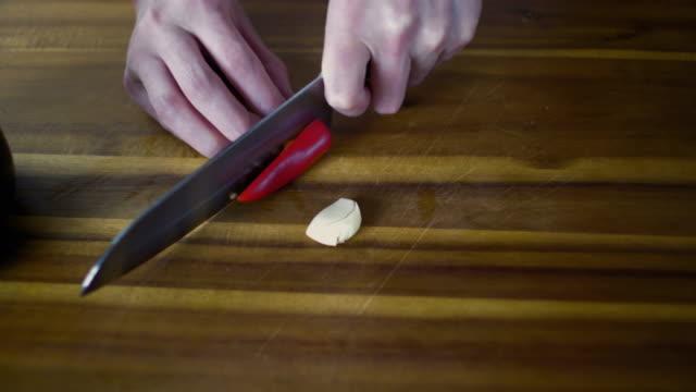 rote chilischote hacken - chilli stock-videos und b-roll-filmmaterial