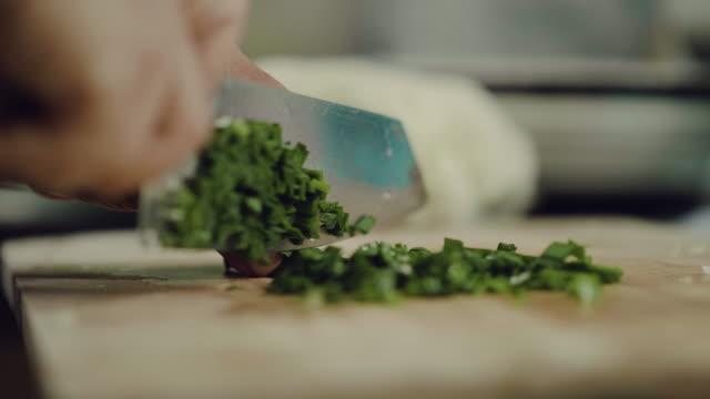 キッチンで野菜を刻んでください。 - 尖っている点の映像素材/bロール