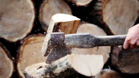 vídeos y material grabado en eventos de stock de picar madera cámara lenta - cortar