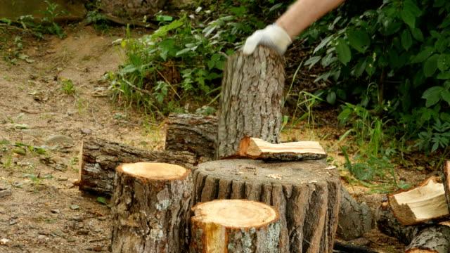bir balta ile ahşap doğrama - şömine odunu stok videoları ve detay görüntü çekimi