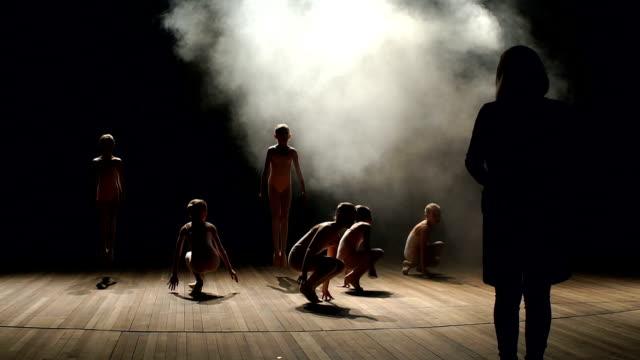 koreografen lär barn balett på scenen - gympingdräkt bildbanksvideor och videomaterial från bakom kulisserna