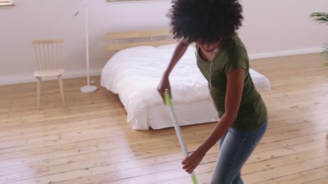 stockvideo's en b-roll-footage met klusjes hoeft niet altijd te worden een boring - vrouw schoonmaken