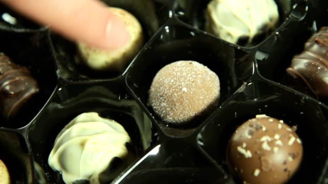 chosing チョコレートます。hd - バレンタイン チョコ点の映像素材/bロール