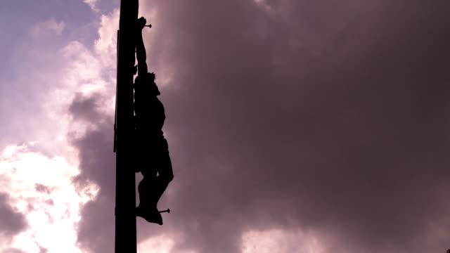 vídeos de stock e filmes b-roll de t/l cristo cruz contra o céu dramático - cristo redentor