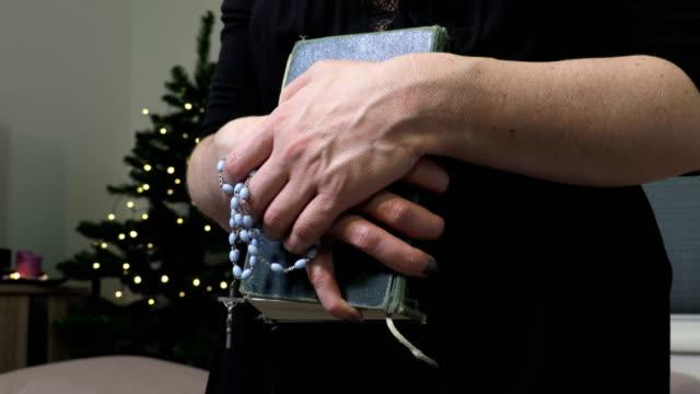 christian woman hands holding holy bible - jesus christ filmów i materiałów b-roll