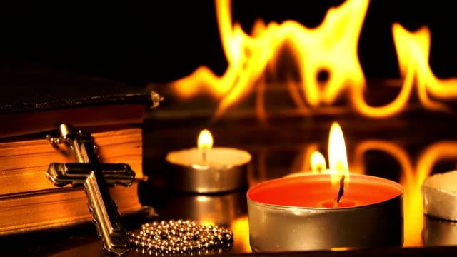 Cristianismo Cruz y velas y fuego detrás - vídeo