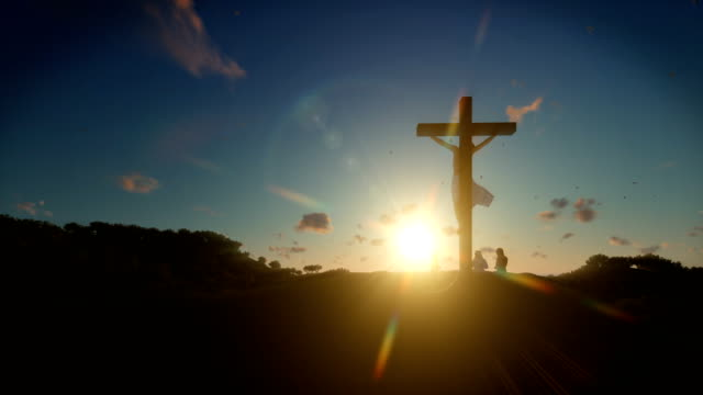 cristiani che pregano a gesù croce all'alba, 4k - easter video stock e b–roll