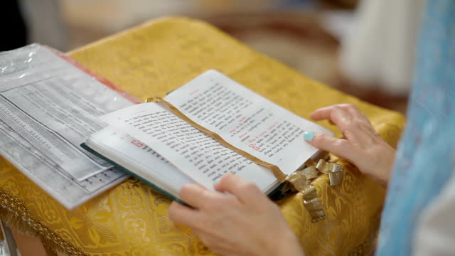 Christen lesen Bibel in der Kirche – Video