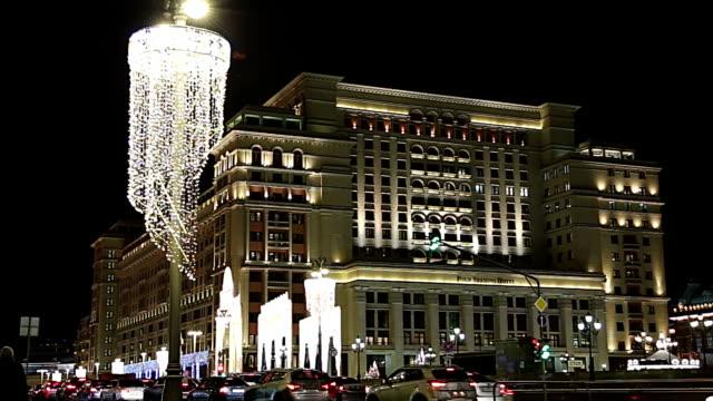 jul och nyår semester belysning och four seasons hotel på natten. moskva. ryssland - kreml bildbanksvideor och videomaterial från bakom kulisserna