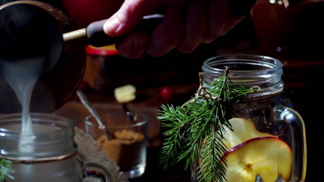 christmas apple vit varm choklad - konserveringsburk bildbanksvideor och videomaterial från bakom kulisserna