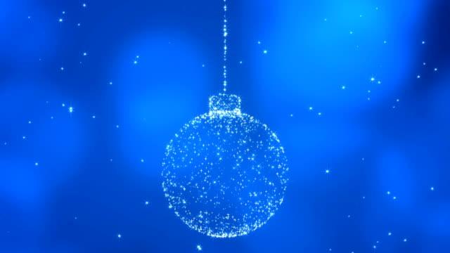 vídeos de stock e filmes b-roll de christmas ball on blue background. - christmas card