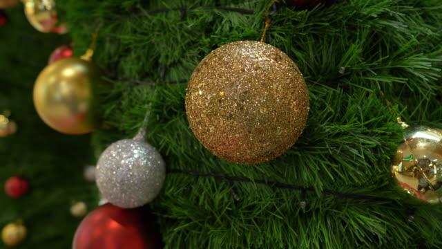 weihnachtskugel ornament hängen deko auf tannenbaum - girlande dekoration stock-videos und b-roll-filmmaterial