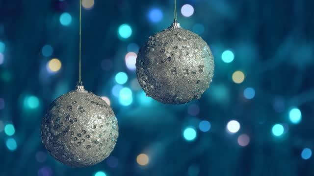 weihnachten ball spielzeug auf bokeh hintergrund von blinkenden lichtern. neujahrs-weihnachtsdekorationskonzept - girlande dekoration stock-videos und b-roll-filmmaterial