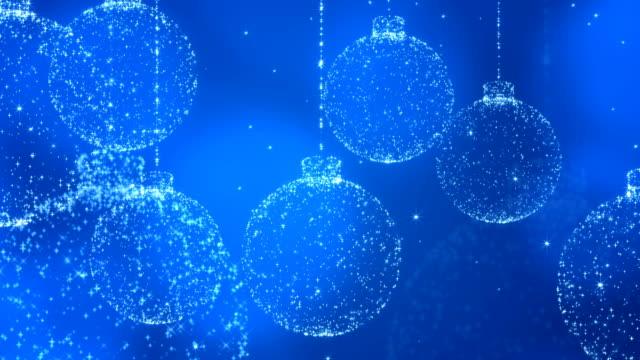 vídeos de stock e filmes b-roll de christmas balls on blue background. - christmas card