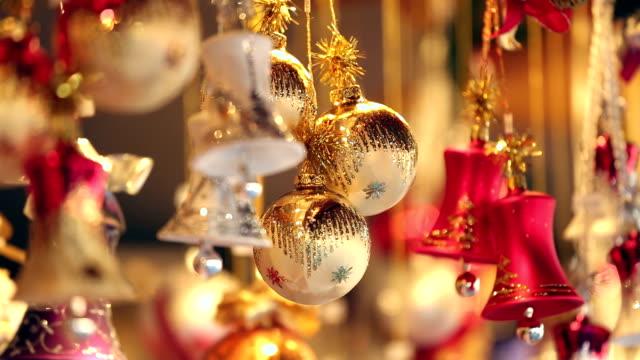 christmas-bälle - weihnachtsmarkt stock-videos und b-roll-filmmaterial