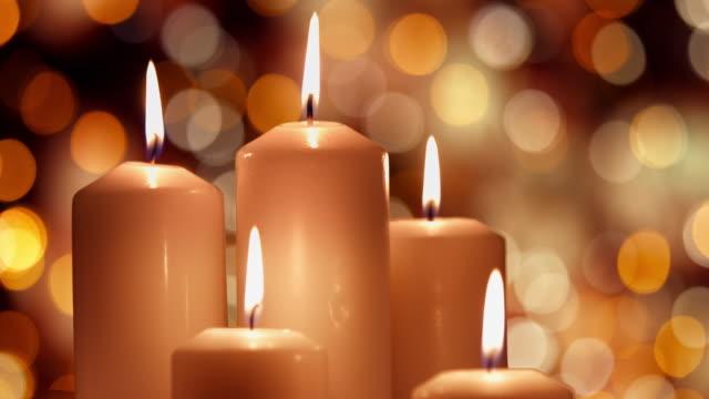 weihnachten-komposition mit weiße kerzen brennen - advent stock-videos und b-roll-filmmaterial