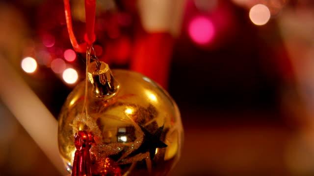 weihnachts-dekoration. schönen weihnachtsschmuck mit wunderkerze bleiben im hintergrund. - dekorative kunst stock-videos und b-roll-filmmaterial