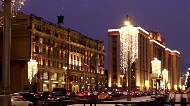 vídeos de stock, filmes e b-roll de decoração do natal (feriados do ano novo) em moscovo (na noite), rússia--quadrado de manege perto do kremlin - eventos de gala
