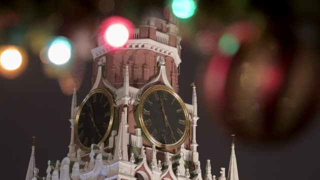 juldekoration röd fyrkant. vinter i moskva. klocka på röda torget på tornet. - röda torget bildbanksvideor och videomaterial från bakom kulisserna