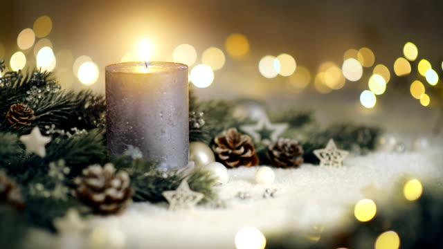 weihnachtsdekoration mit kerze und lichtern - advent stock-videos und b-roll-filmmaterial