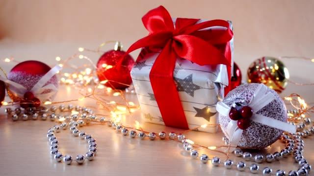 weihnachtsdekorationen aus nächster nähe. weihnachtsspielzeug ist rot und gold. weihnachten gelbe girlande auf dem tisch. - kieferngewächse stock-videos und b-roll-filmmaterial