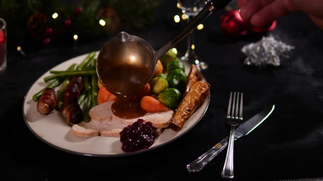 4k dolly: piatto da cena di natale / pranzo con sugo versato - cena natale video stock e b–roll