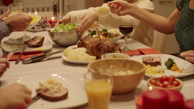 cena di natale - pranzo di natale video stock e b–roll