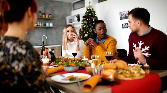 友人や家族とのクリスマス ディナー - 十二月点の映像素材/bロール