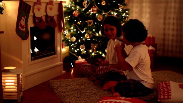 vídeos de stock, filmes e b-roll de noite de natal - chocolate quente