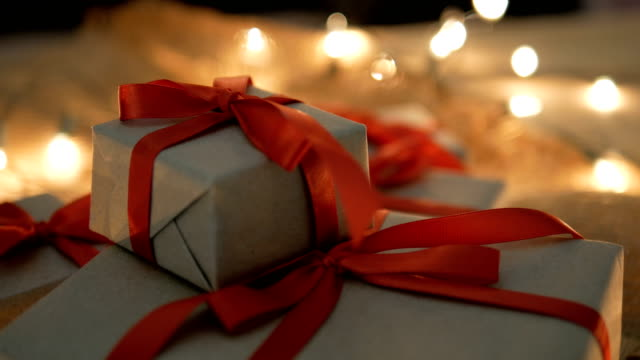 vídeos de stock e filmes b-roll de christmas gift boxes and lights - gift box