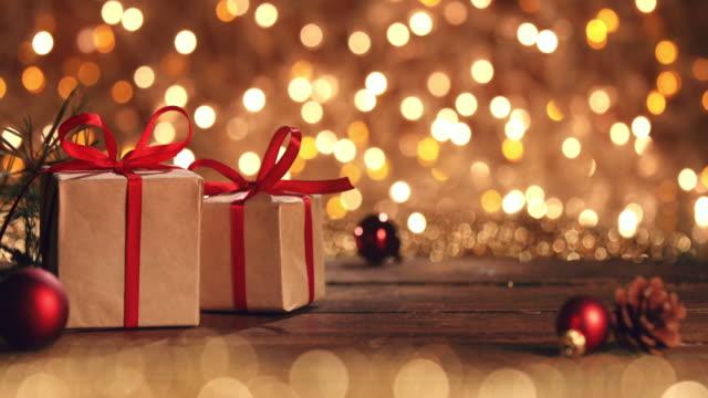 scatole regalo di natale su tavolo rustico in legno - christmas table video stock e b–roll