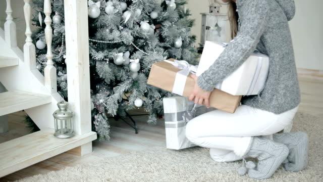 regali di natale per parenti - santa claus tiptoeing video stock e b–roll