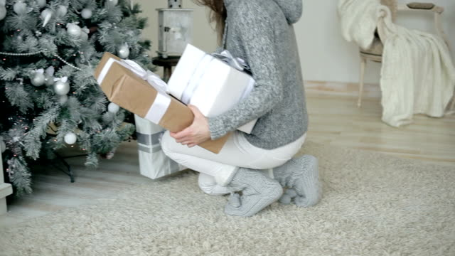 julklappar för släktingar - på tå bildbanksvideor och videomaterial från bakom kulisserna