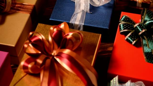 julklappar på trä bakgrund - christmas presents bildbanksvideor och videomaterial från bakom kulisserna