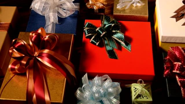 クリスマスギフト木を背景にした - クリスマスプレゼント点の映像素材/bロール