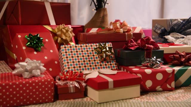 prezenty świąteczne pod choinką. - jodła filmów i materiałów b-roll