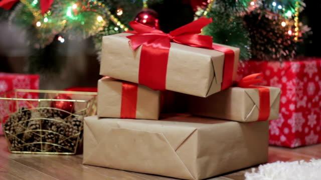 julklappar under granen - christmas presents bildbanksvideor och videomaterial från bakom kulisserna