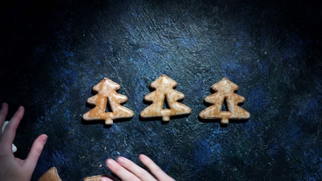 vídeos de stock e filmes b-roll de christmas gingerbread background - christmas cookies