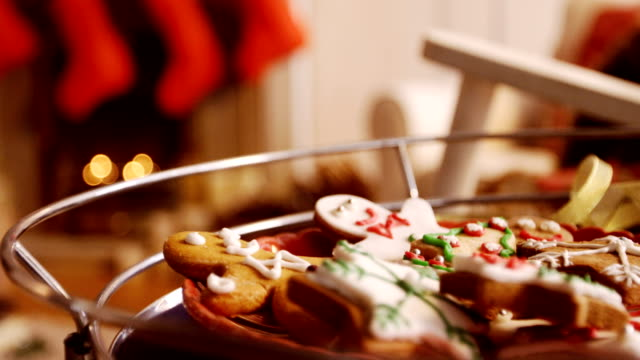 vídeos de stock e filmes b-roll de christmas gingerbread cookies in bowl - christmas cake