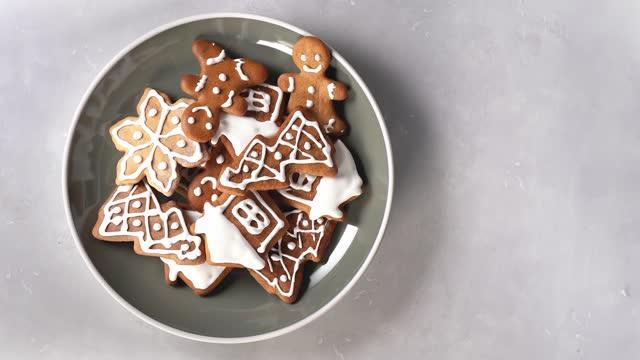 weihnachten lebkuchen in teller. ansicht von oben - lebkuchen stock-videos und b-roll-filmmaterial
