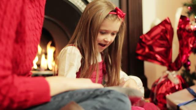 クリスマス:女の子の人形 - クリスマスプレゼント点の映像素材/bロール