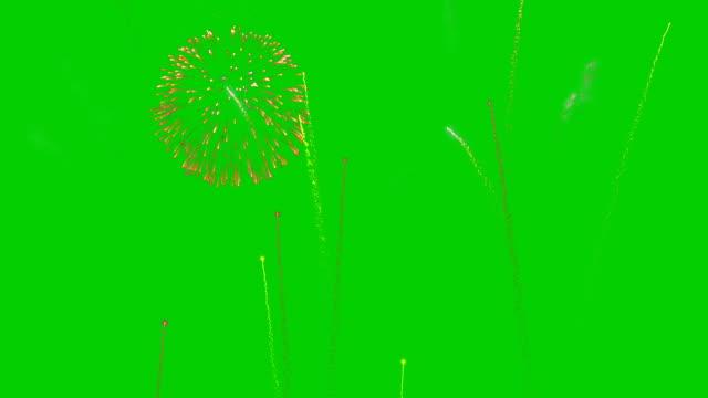 noel tatili havai fişek gösterisi, yeşil ekran chromakey - fireworks stok videoları ve detay görüntü çekimi