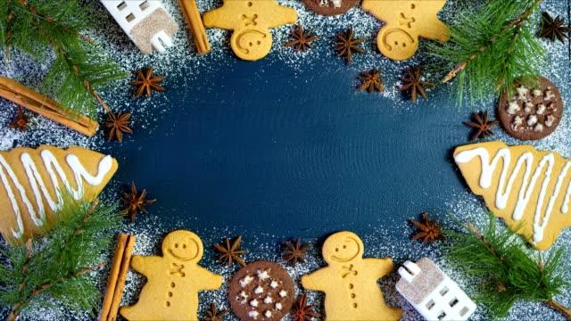 vacanza di natale composizione piatta laici di pan di zenzero e biscotti al cioccolato. - christmas table video stock e b–roll