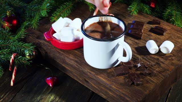 vídeos de stock, filmes e b-roll de chocolate quente de natal - chocolate quente