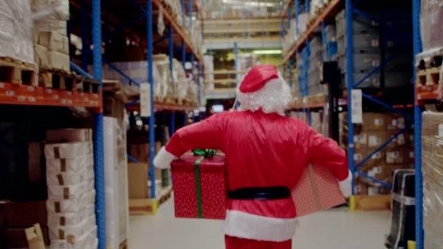 倉庫のクリスマス。サンタ クロース運ぶクリスマス プレゼント - クリスマスプレゼント点の映像素材/bロール