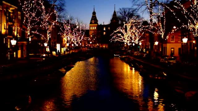夕暮れ時、オランダのアムステルダム国立美術館とアムステルダムでクリスマス - 十二月点の映像素材/bロール