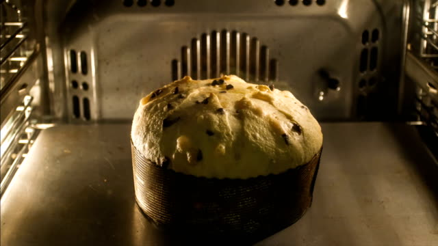 vídeos de stock e filmes b-roll de christmas in italy - timelapse of panettone in the oven - assado no forno