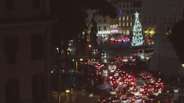 stockvideo's en b-roll-footage met kerst in rome, italië: traffic jam en xmas boom - black friday shop