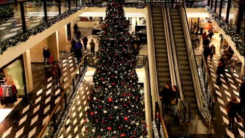 vidéos et rushes de noël dans le centre commercial, time-lapse - faire les courses